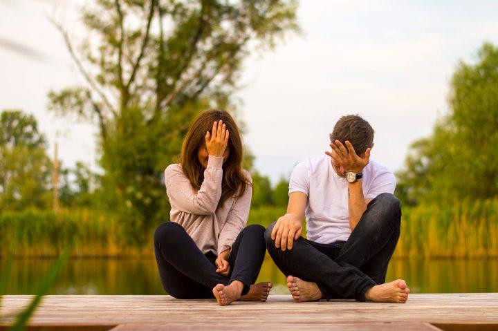 duas pessoas tendo dificuldade em meditar
